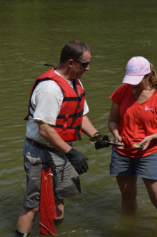Monte McGregor identifies a mussel shell for Jo MacVey of Florence, Ky. (Photo By Andy Mead)