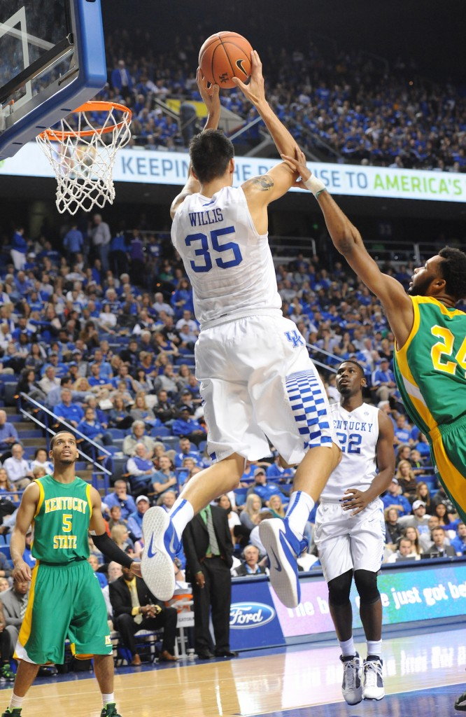 Kentucky's Derek Willis makes a pass to Alex Poythress for a dunk in the first half Friday night (Bill Thiry Photo)